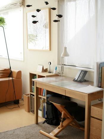 続いての書斎のレイアウトは、窓やキッチンカウンターなどの前にデスクを設置し、サイドに収納スペースを作るスタイル。視界が開放的になる、風通しが良くなるといったメリットがあります。また、キッチン前なら調理中のすき間時間などに利用できそうですね。
