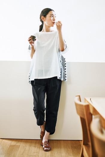 足首だけがちらりと見える丈感が、涼やかさを演出するクロップドパンツ。重たくならず華奢見え効果も期待できるデザインです。ゆるっとしたトップスを合わせても洗練された雰囲気にしあがります。