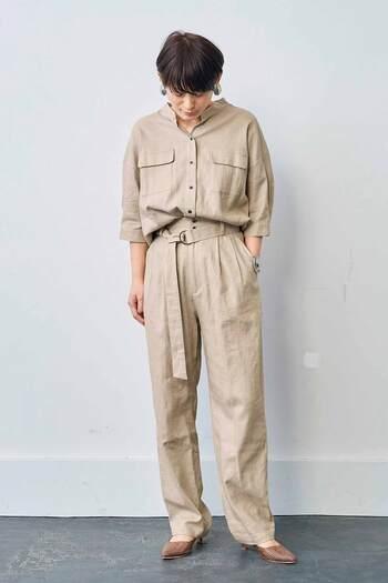 少しメンズライクに決めるなら、ハリのある素材感、テーパードシルエットのラフなパンツを。 ベルトでウエストマークすれば、脚長効果も期待できます。モデルさんのように同じ素材、同色のシャツやブラウスを合わせて、上下セットアップ風に着こなすのもおしゃれ。