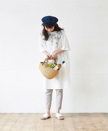 やっぱり私は細身パンツ派、というあなたにおすすめなのは、薄手の天然素材でつくられた夏ボトムス。こちらのアイテムのように、平織りでやや薄めにしあげられた綿素材なら、爽やかな履き心地を楽しめます。