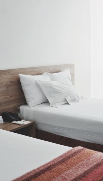 毎日使っている寝具。体を包み込む布団、リネン、枕。定期的なお洗濯で清潔に保ちましょう。リネンスプレーやアロマミストなどを使って、好きな香りに包まれて眠りにつく方法もおすすめです。また枕の高さや硬さは、ぐっすり眠りにつくための重要なアイテム。この機会に、自分に合ったものを探してみるのもいいかもしれません。