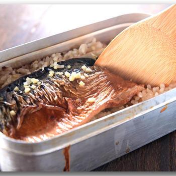 市販の鯖の塩焼きを使った簡単鯖ごはんです。しょうがのみじん切りを入れるところが鯖とご飯を上手につなぎ合わせるポイントです。炊きあがったら、鯖を崩しながらご飯と混ぜ合わせます。しょうゆとみりんだけのシンプル調味ですが、炊き立てのご飯の香りの良さは格別です。