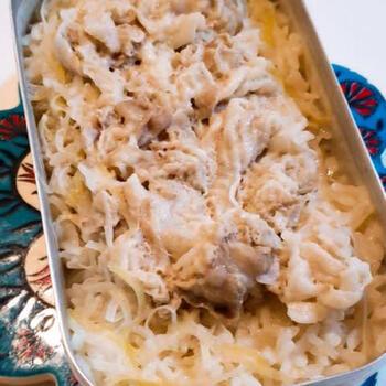 こちらは調味液と豚肉、ネギを一緒に炊き込む簡単レシピの炊き込みご飯です。レギュラーサイズのメスティンは1.5合~1.8合程度まで炊けますが、炊き込みご飯のときは、具の嵩を考慮し、1合程度までにしておきましょう。蓋をあけたときに具とのバランスも良くなりますし、炊飯途中で溢れてしまうこともありません。