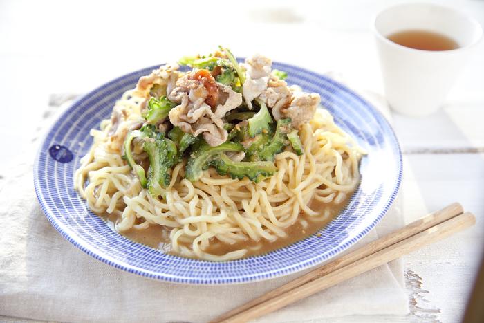 定番の冷やし中華も、具材を工夫することで新鮮!夏野菜ゴーヤの食感と梅干の酸味がアクセントになっていて、余分な脂を落とした冷しゃぶで食べやすくボリュームも満点です。