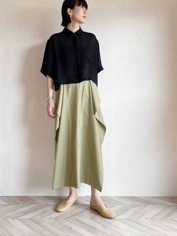 黒シャツ×スカートコーデは、女っぽさを取り込みすぎないことがポイント。例えばタイトシルエットや膝丈など、女度を上げる要素がナチュラルから遠ざかる原因に。ゆったり&ふんわりシルエットのロングスカートで、まろやかに仕上げたいところです。