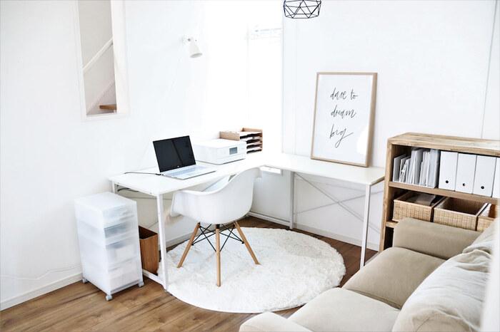 L字型のデスクは書斎のデスクスペースを広く取りたい方に人気のアイテムです。部屋の角の壁二面を利用して配置すれば、すっきりコンパクトにまとまりますよ。デスクの片側をディスプレイ用のスペースにするのも素敵ですね。