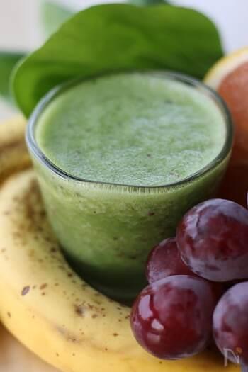 こちらはチンゲン菜の青臭さをたっぷりのフルーツで飲みやすくしている一杯。グレープフルーツのおかげで爽やかさもプラスしています。野菜もフルーツもどっちも摂りたい人におすすめです。