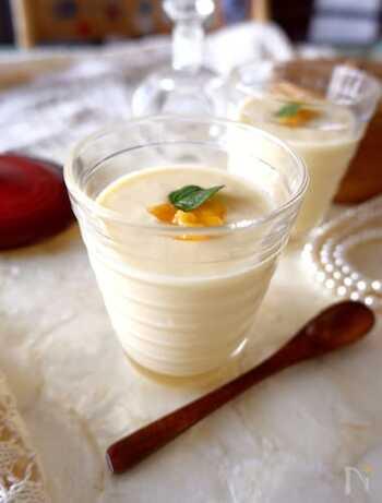 マンゴーとヨーグルトを使った朝にもおすすめのスムージー。冷凍のマンゴ―を使えば包丁を使う必要もなく、忙しい朝にパパっと作れて便利です。
