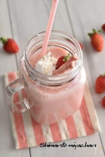 ピンク色のビジュアルがとっても可愛らしいイチゴのスムージー。冷凍イチゴを使えば季節関係なくいつでも作れちゃいます。朝食にはもちろん、ホイップなどのデコレーションでデザートにしても◎