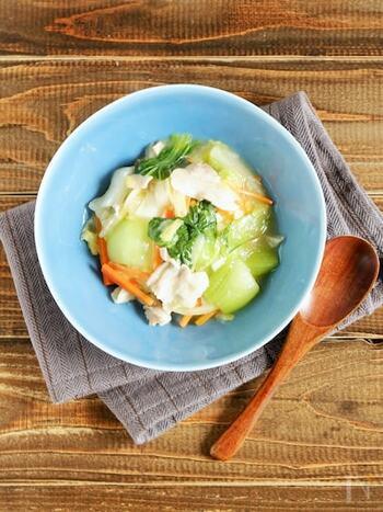 チンゲン菜と豚バラを使った中華丼レシピ。ゆず胡椒をプラスすることで、爽やかなテイストのあんかけに。野菜もたっぷりバランスよくいただけます。