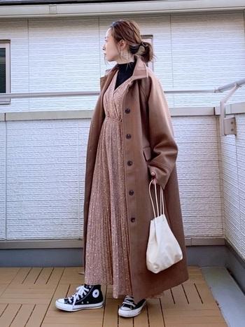 小花柄のワンピースは、同じ丈感のコートを羽織れば冬のように寒い日にもお洒落に着こなせます。引き締め役に黒のハイネックのインナーを合わせれば寒さ知らずに。