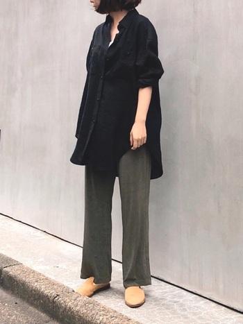 グリーン・カーキ・ブラウンなど、アースカラーのパンツは夏の黒シャツと好相性。ラフなトップスアウトだからこそ、そのナチュラル感がより生きます。落ち着いたカラーですが、しっかり抜けをつくれば秋っぽくなりません。