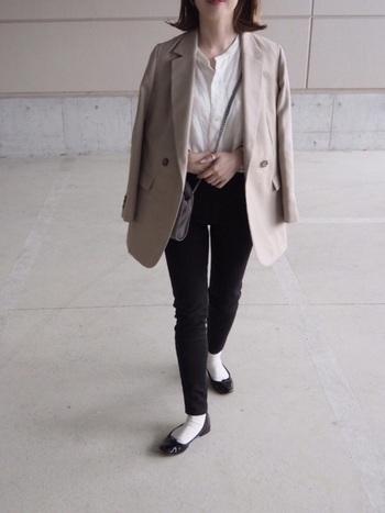 ジャケットを羽織るとぐっとフォーマル感が増します。一つ一つのアイテムはベーシックなので、普段着としても着回しやすそうですね。