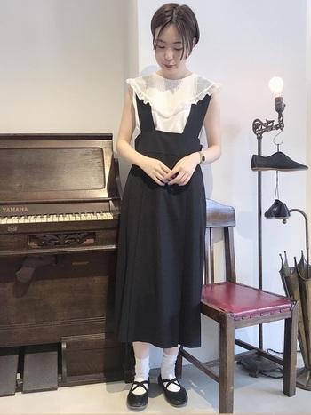 大きめの襟がキュートなブラウス。ジャンパースカートと合わせることで、可愛らしく、かつ上品な印象に。ガーリー派さんの夏フォーマルにぴったりです。