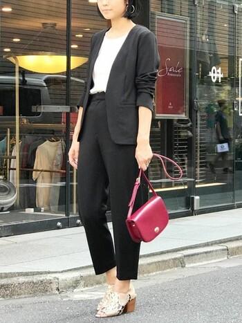 ハイウエストがスタイルアップを叶えてくれるセットアップ。柔らかい素材感や曲線的なラインが女性らしい雰囲気です。かっこいいスタイルが好きだけど、かっちりスーツは着られてる感が出て苦手…という人にもおすすめ。