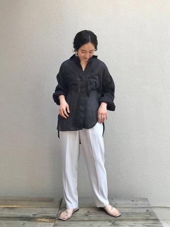 夏シーズンは難易度が高く感じやすい、長袖の黒シャツ。しっかりポイントさえ押さえれば、暑苦しくならずに着こなせますよ。そのまま着ても十分素敵ですが、袖をルーズにたくし上げるとこなれ感をプラスできます。