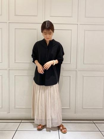 ホワイトやベージュなど、ナチュラルカラーのロングスカートは甘くならないよう意識したいところ。黒シャツ自体に引き締め効果がありますが、さらにアップヘアやシンプルなアクセサリー使いで、大人っぽく仕上げると素敵です。