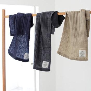 縦と横の糸に微妙な差をつけることで表面に立体感が生まれ、空気を含んだナチュラルな風合いに。織り上がった後で洗いをかける、泉州タオルならではの「後ざらし」と呼ばれる工程により、綿本来が持っている吸水性を高め、清潔でふんわりとしたタオルに仕上がります。