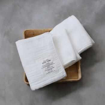 約130年の歴史と伝統を誇るタオル産地、大阪泉州地域で生産される「泉州タオル」の良さに、時代の変化に呼応した発想力を加えた「SHINTO TOWEL」。こちらは、3重ガーゼの真ん中の生地を半分にするという特殊ガーゼ織りによって生まれた「2.5重ガーゼタオル」。変則的に織られているので、ふんわりとやわらかく、独特の肌触り。かさばらず、速乾性にも優れています。