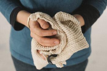 肌触りはリネンに近いさらっとした感触。洗濯することで空気を含んでふんわりと柔らかくなります。通気性と速乾性に優れた木の糸を使用しているため、乾きやすく毎日使っても臭いにくい。立体感のあるワッフル織りでさらっとしていてまとわりつかず、水分を吸収してもベタッとしません。