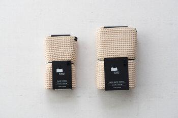 徳島県上勝町生まれのファブリックブランド「KINOF(キノフ)」のタオル。間伐材から抽出された繊維を麻と合わせて紡績した、オリジナルの生地を使用しています。