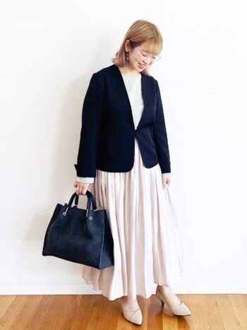 プリーツスカートの女性らしさをかっちりとしたジャケットで中和。ジャケットも、「ちょっとカジュアルすぎ?」というときに羽織るだけで一気にきちんと感を演出できる、フォーマルコーデのお助けアイテム。一つ持っておくと便利です。