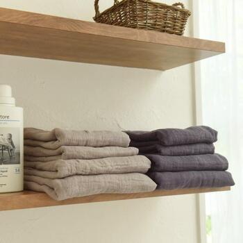 一般的なバスタオルと比べて、約60%ほど洗濯量を減らすことができます。折りたたんで収納してもスッキリ、場所を取りません。通気性の良いガーゼ素材だから、乾きも早くイヤな臭いが発生しにくいのもうれしいですね。