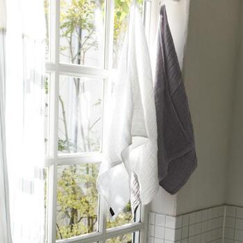「bon moment(ボンモマン)」のガーゼ素材のミニバスタオルは、収納にも持ち運びにもかさばらないコンパクト設計です。普通のバスタオルより小ぶりなサイズながら吸水性はバツグンだから、汗やシャワー後の体の水滴を一枚でしっかり拭くことができます。