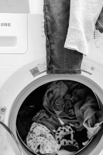 使った後のタオルを放置していると、雑菌が繁殖してしまいます。特に暑くて湿気の多い夏場は雑菌が繁殖しやすいので、放置せずなるべくこまめに洗濯し、溜め込まないようにしましょう。