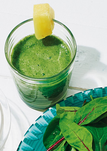 鮮やかな緑のこちらのスムージーは、ベビーリーフを使っています。野菜をカットする手間がないので楽チンですね。パイナップルとリンゴジュースを使って飲みやすく!