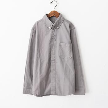 腕まくりをしたり、寒さを感じたらアウターのように羽織ったりと、すぐに温度調整がしやすいのが長袖のシャツ。コットン100%のシンプルなシャツなら、季節を問わず活用することができます。