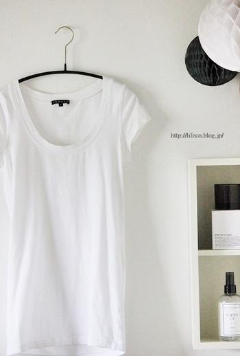 Tシャツを長く着るためには、首や肩周りの伸びやヨレを防ぐことが大切。首まわりを広げず洋服を通せる洗濯用ハンガーを使ってネックラインのヨレを防いだり、肩まわりのシルエットを崩さず洋服の落下を防止してくれる滑り止め付きハンガーに掛けて収納することで、Tシャツの美しいシルエットを崩さずに状態を維持することができます◎