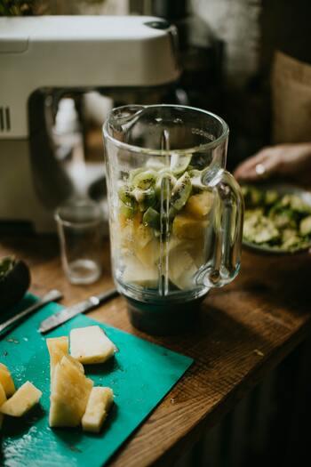 なめらかな食感のおいしいスムージーを作ろうと思ったら、ミキサーが欠かせません。ブレンダーやジューサーなど、いろいろなキッチン家電がありますが、スムージー作りには凍った果物や氷にも使える丈夫な刃とパワーがあるものが適しています。
