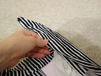 箱の短辺を折り、次に長辺を折って隅に向かって三角の耳を作ります。