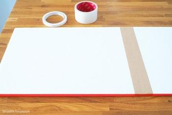 発泡スチロールの板を手ぬぐいの入るサイズにガムテープで繋げます。側面には、両面テープを貼りましょう。
