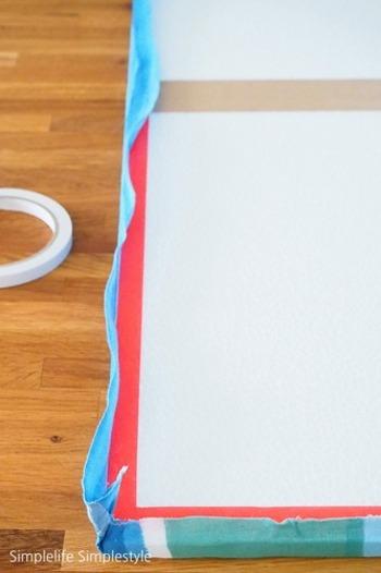 側面を張り付けたら、次は裏面です。側面同様に、引っ張りながら貼り付けていきます。布が貼れたたら、壁に付けるためのフックなどを付けて完成です。