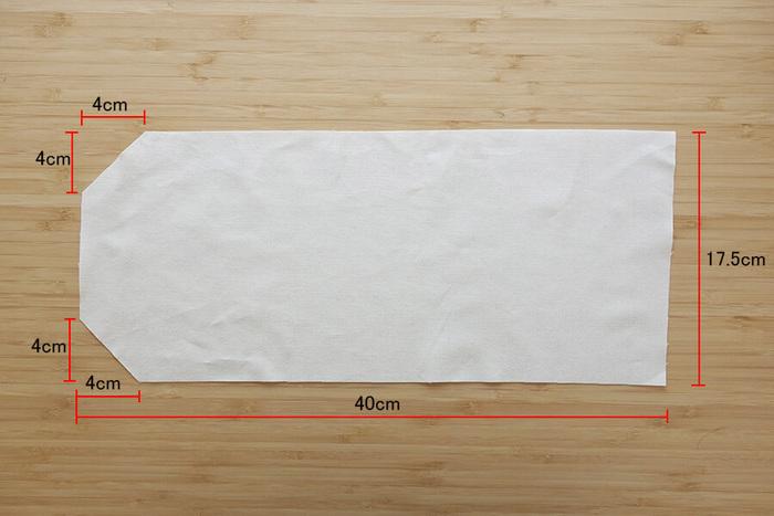図のような形に生地をカットします。2枚仕立てするので、2枚用意しましょう。