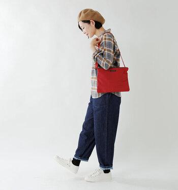 ジーンズにシャツ。シンプル&カジュアルな定番スタイルに、ビビッドカラーのサコッシュをプラス。小物を加えることで、なんでもない普段のスタイルが華やぎますよ。