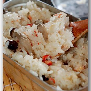 蟹とシメジの旨みがたっぷりと染み込んだ炊き込みご飯は思わずお代わりしたくなってしまう美味しさです。蟹は、缶詰のものを使えばお手軽に作れます。昆布茶と薄口しょうゆで炊きこみ、素材の味を生かした仕上がりになっています。