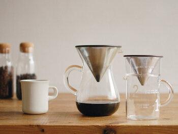 耐熱ガラス製のカラフェとステンレス製のドリッパーのセットです。カラフェには小さなドット柄がデザインされており、抽出量の目安に役立ちます。ステンレスのフィルターは旨み成分が出やすいので、コーヒーの風味にしっかりとこだわりたい人にもおすすめ。