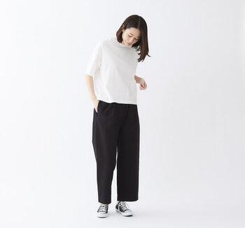 つい消耗品として考えてしまいがちなTシャツですが、実は素材や質感が一番目に見えて分かりやすいアイテム。同じコットンでもランクがそれぞれあり、繊維が長いものほど生地に光沢が出て高級感が出やすい傾向にあります。