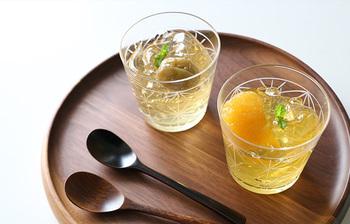 こちらは、伝統的な「麻の葉文」を切子でデザインしたグラスのペアセットです。薄いグラスで、口当たりが良く手取り感も軽やか。飲み物を入れると上品さが引き立ちます。ショートサイズなので扱いやすいでしょう。ゼリーなどを入れても◎