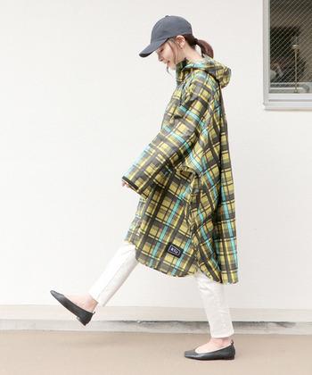 収納袋にコンパクトにしまえるので、持ち歩きにも便利!ひざ丈なのでしっかりと雨を防ぎます。ツバ付きフードはアウトドアに最適です。
