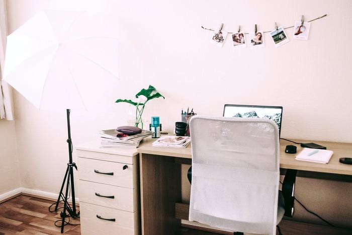 書斎で居心地良く過ごすためにも、椅子との相性はとっても大切。デザインはもちろん、サイズ感や座り心地などもしっかりチェックしておきましょう。ここでは、書斎におすすめの3タイプの椅子をご紹介します。