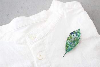 ちょっとしたワンポイントで夏のファッションに涼しさをプラス。こちらは、さわやかなグリーンが映える葉っぱ形のブローチです。アクリル板の素材に、ひとつずつ丁寧に色付けされています。ガラスのような透明感がとっても夏らしい。お洋服はもちろん、バッグや帽子に添えるのもおすすめ♪
