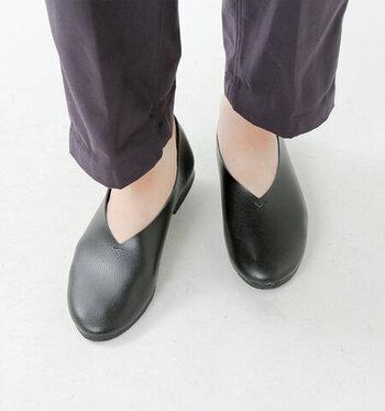 きれいめファッションに惹かれているなら、レザーのスリッポンなど、シンプルな革靴がおすすめ。ドレッシーすぎず、カジュアルな恰好にも合わせやすいですよ。
