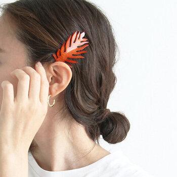 葉っぱをモチーフにして作られたヘアピンは、夏にぴったりなデザインの大ぶりアクセサリー。全てハンドメイドで作られていて、一つ一つに個体差があるのが特徴となっています。まとめ髪との相性も抜群なので、1個付けるだけで定番ヘアスタイルをアップデート♪