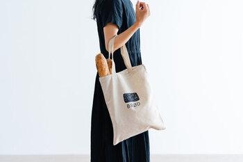 カジュアルコーデに惹かれている人は、まずはキャンバス地のトートバッグを取り入れるのがおすすめ。どんなファッションでも合わせやすく、かつ比較的手ごろに手に入ります。