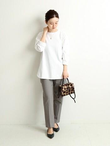 シンプルな白のカットソーとテーパードパンツの組み合わせに、レオパード柄のバッグを合わせ、小物をポイントにした着こなしに。ささやかな個性がコーディネートに自分らしさをプラスしてくれます。
