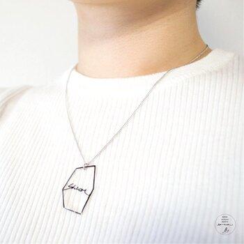 こちらは、名前のアルファベットをの切り絵にして、レジンでコーティングしたネックレス。こんなプレゼントを贈られたら、うれしいですね。手書き風がおしゃれです。